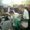 1/1 - Strzelno: rozdali ubrania i zabawki