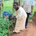 Tzw. tippy-tap w gospodarstwie domowym − proste urządzenie do mycia rąk, a w warunkach tropikalnych chroni zdrowie i życie.