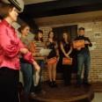Organizatorka spotkania w klubie poetyckim wraz z osobami występującymi, którym wręczono dyplomy.