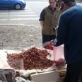 Sprzedawca truskawek na jednej z ulic w Batumi.