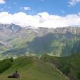 Widok na góry z klasztoru Cminda Sameba (Świętej Trójcy) w Kazbegi niedaleko granicy z Rosją.