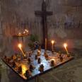 Świeczki zapalane przez wiernych podczas modlitwy w cerkwi. Tradycją jest całowanie ikon lub całowanie dłoni, którą następnie dotyka się ikony.