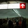 Wiecznie zatłoczone metro w Tbilisi. Zdjęcie przedstawia przejście podziemne przy stacji Sadguris Moedani (plac dworcowy).