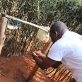 Jeden z przedstawicieli ADRA Rwanda, naszego partnera demonstruje sposób użycia tippy-tapu