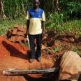 Do budowy latryn angażowani są lokalni mieszkańcy.
