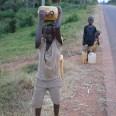 Dzieci niosące do domu zapas wody