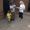 Francoise Uwayisenga z dziećmi i Agnieszką Duajską, koordynatorką UBUZIMA BWIZA II