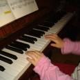 Gabriele spiewająca i grająca na pianinie.