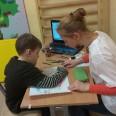 . Zajęcia rewalidacyjne - Ola i Mateusz w skupieniu studiują mapę świata