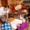 Ola i Maja tłumaczą dzieciom,  w jaki sposób należy wykonać zadanie z mapą