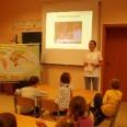 Maja tłumaczy film Podróż Banana z języka angielskiego na język polski