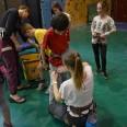 Dzieciaki pod czujnym okiem instruktorki