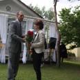Dyrektor SOS Vaiku Kaimas – Audrius Natkevičius – przyjmuje urodzinowe podziękowania.