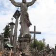 Wzgórze Krzyży symbolizujące przyjęcie chrztu przez Litwę. Obecnie miejsce pielgrzymek. Pątnicy zostawiają tam w swoje krzyże w  różnych intencjach, ale też jako symbole zadumy, wiary bądź jako wota dziękczynne.