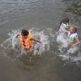 Dla ochłody hop do wody! Nic nie sprawia większej radości jak pluskanie się w wodzie, zwłaszcza podczas słonecznej pogody.