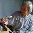 Pan Zbyszek spotkał się z wieloma dowodami sympatii. Na zdjęciu otwiera paczkę z darami.